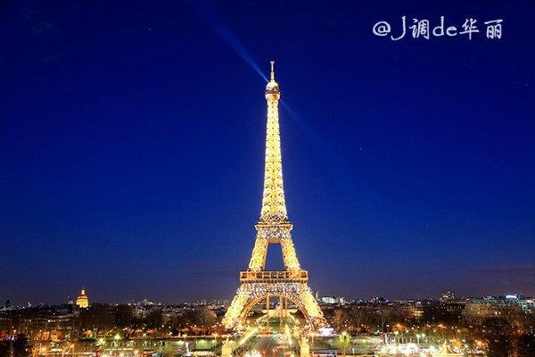 日落后埃菲尔铁塔开始亮灯