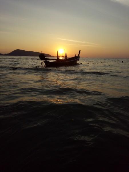 旁晚时分,迎着夕阳,海滩边散步,随地可见小螃蟹和海曼