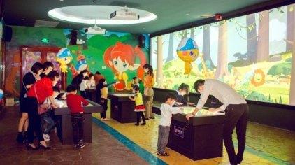 小朋友用鲜艳斑斓的色彩在屏幕上画出自己喜欢的小动物,可爱喜人的