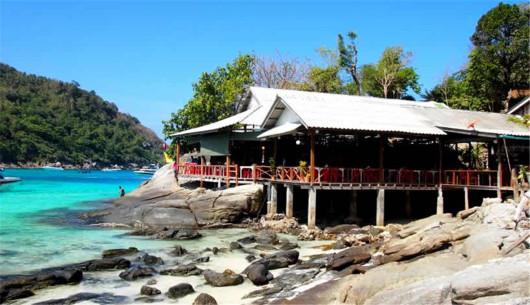 在拉雅海鲜餐厅(悬崖餐厅)享受您的自助午餐,悬崖餐厅位于皇帝岛最具