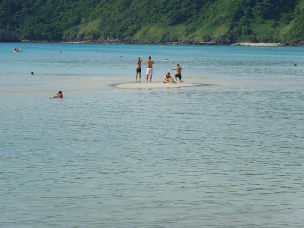 大海啸,那天海水在5分钟快速的退掉,接着巨浪席卷而来,pp岛上基本无生