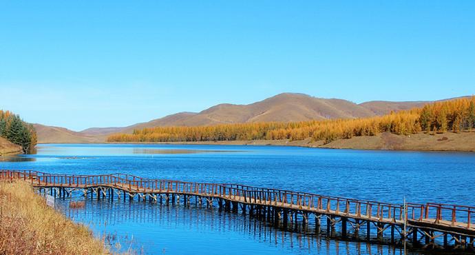 神龙潭是塞罕坝草原森林风景区内的著名景点之一,《赵氏孤儿》的外景地之一,从滦河源头向东南方行驶约五公里,进入森林环抱的神龙潭。 这是一汪净水,四周群山环绕,草木葱茏,茂密的松杉伴着翠绿的草场一起拥抱着碧水,更使神龙潭野趣横生。置身于清澈见底的湖边,漫步在栈桥连接的北岸,眺望漫山的林海和湖畔的湿地,只见树林山峦与湖水交相辉映,风光旖旎,仿佛置身世外,令人有一丝超凡脱俗的感觉。