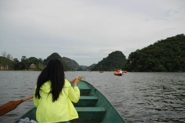 后来才知道,划船只能划单程,但是师傅等着我们,把我们载回去了,比