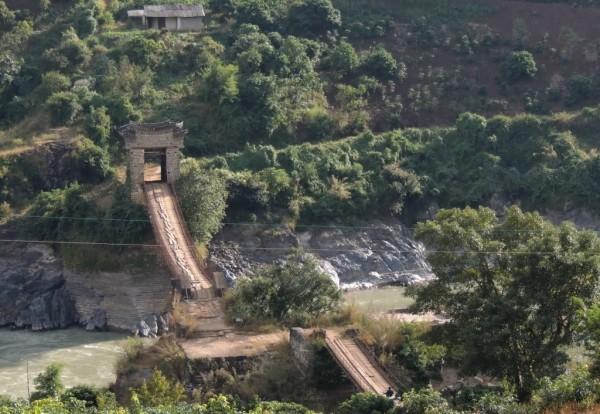 2012-11-19,云南保山芒宽双虹桥自助游:东段桥上的铁索怎么会是钢丝绳