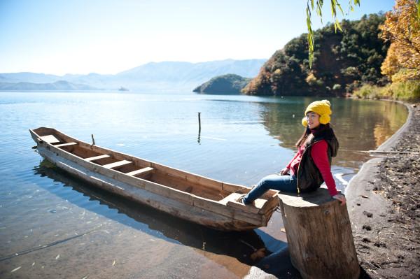 泸沽湖/停在湖边的小船。