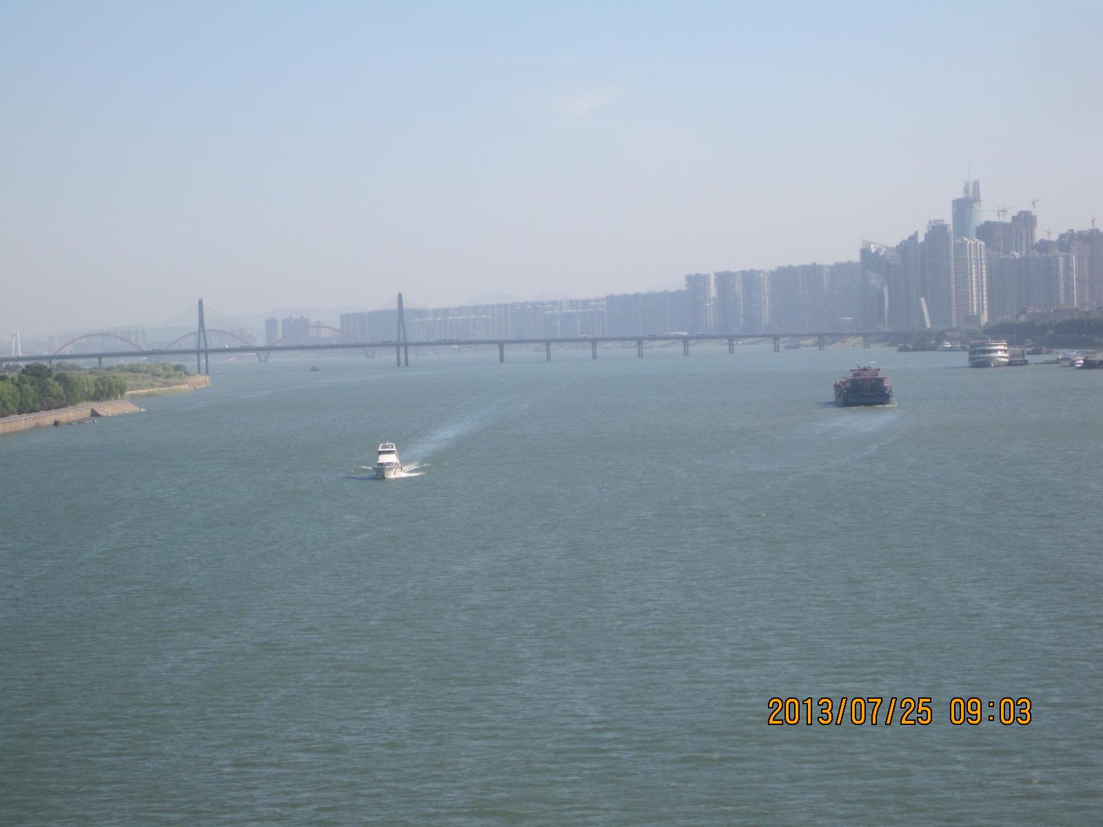 正在过湘江,江面很宽,橘子洲近在眼前.