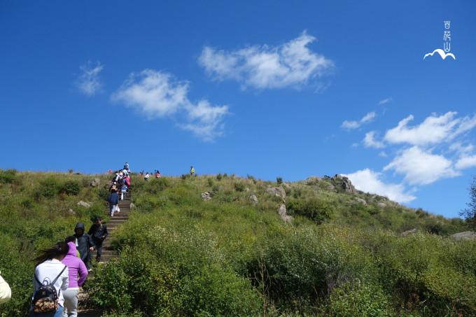 总体来说还是不错的,除了山上的风比较大。夏天去风景应该会更好一些。因为是石阶,山路很好走,一般2个小时左右都可以爬到山顶,水还是要多带些的,爬山真的很容易丧失水分。 汇总一下整体行程吧 时间:9月12日 当时天气还比较晴,穿了一件半袖和一个厚外套,但是山上仍然很冷。 建议:多穿衣服、多带水,如果不是经常爬山的人可以稍微放慢一点速度,每隔一段路,会有路标标注你走了多少米。爬山还是趁早比较好,这样可以在山上多休息一会,看看风景,或者去临近的山上看看,我们是因为时间和体力问题,只是在百草畔上呆了一会,附近山的景