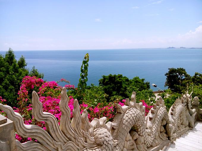 坐大巴车出发去山茶半岛,导游阿玉介绍那里有座灵应寺,旁边还有一座