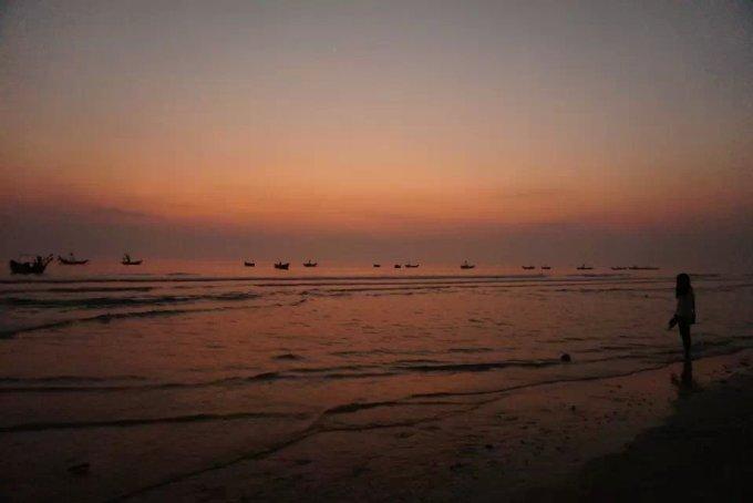 日落海边女生背影