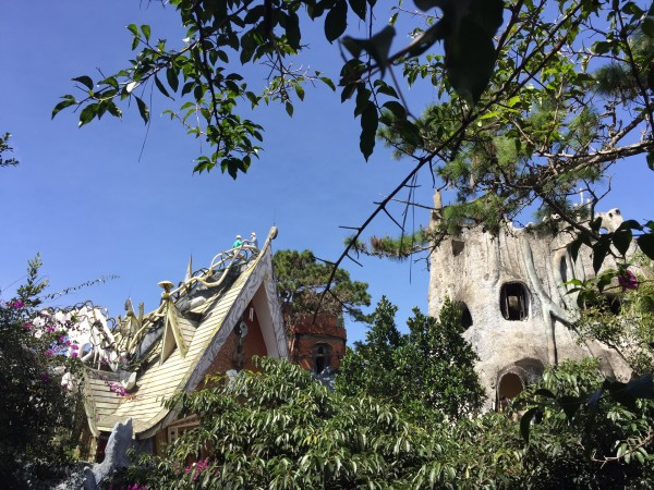 这个房子的外形酷似一棵枯死的大树,通过巨大的树洞,踩着木桩阶梯走进