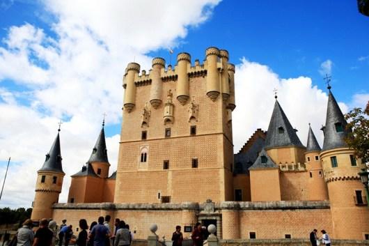 每个童心未泯的人来塞哥维亚,都会跑来看看这座屹立在悬崖边的城堡.