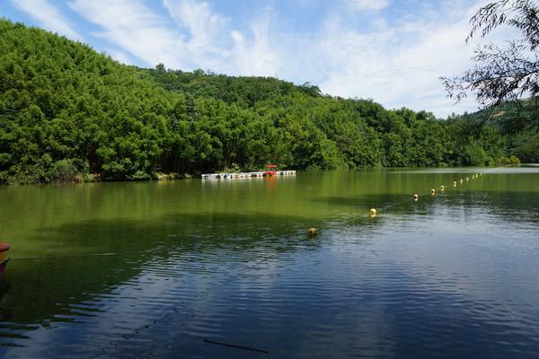 鲸鱼沟竹海风景区 一瀑一湖一寺庙