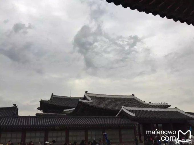 而且,景福宫正殿的名字都是用汉字书写的呢  宫墙外,就是现代感
