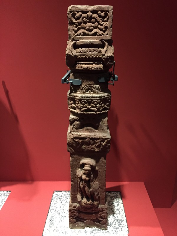 """故宫观""""中印雕塑艺术展""""  下图:佛立像  4世纪晚期至5世纪早期,红砂岩"""