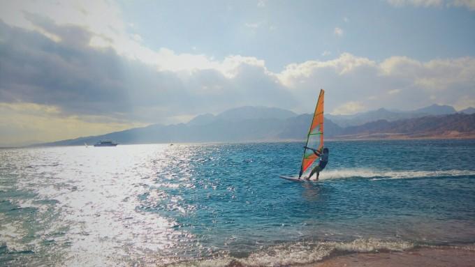 海边有很多俄罗斯人在玩帆船,或是技巧熟练,酷酷地扬帆起航,或是