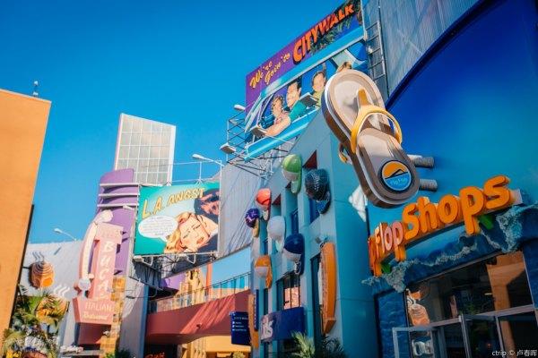 环球影城是上世纪好莱坞著名电影制片厂,如今摇身一变成为全球最大的电影主题公园,其中的影城之旅将带你亲身感受空难、洪水、爆炸等真实的电影拍摄场景,水世界、电影主题过山车等都将带你走进奇妙的虚拟世界,尽享惊险刺激。 特色体验 1. 影城之旅 探索好莱坞史上最大的电影街道场景之一,一窥电影制作幕后的秘密,传奇的影城之旅充满了新鲜刺激。舒适地坐在内置高清显示器的有轨电车内,沉浸在丰富的外景体验之中,一路上会遇到大地震、洪水、大白鲨追尾、与金刚对峙等种种意外,近距离领略大片中的特效场景。时长45分钟,每小时整点出发